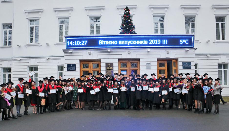 Випускники Навчально-наукового інституту фінансів, економіки та менеджменту отримали дипломи і перекинули бонети