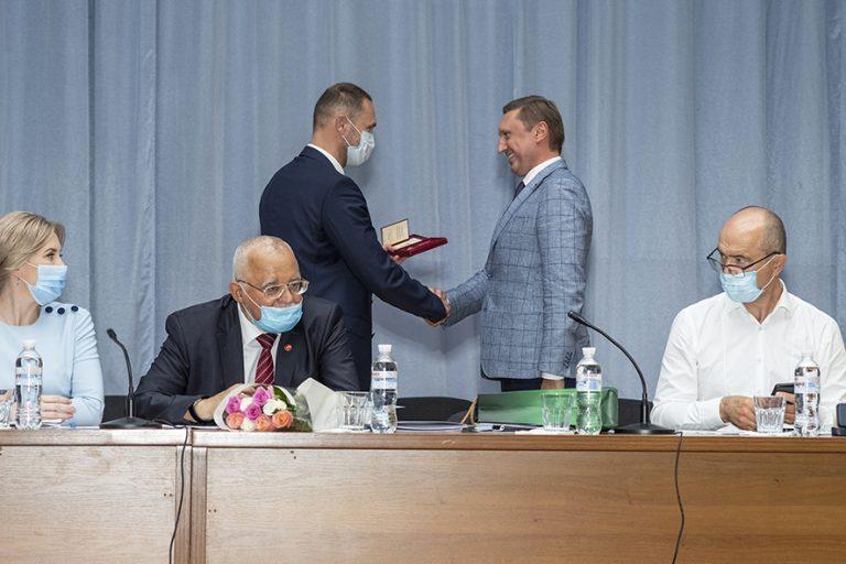 Т.в.о.  міністра освіти і науки України Сергій Шкарлет вручив ректору президентську нагороду