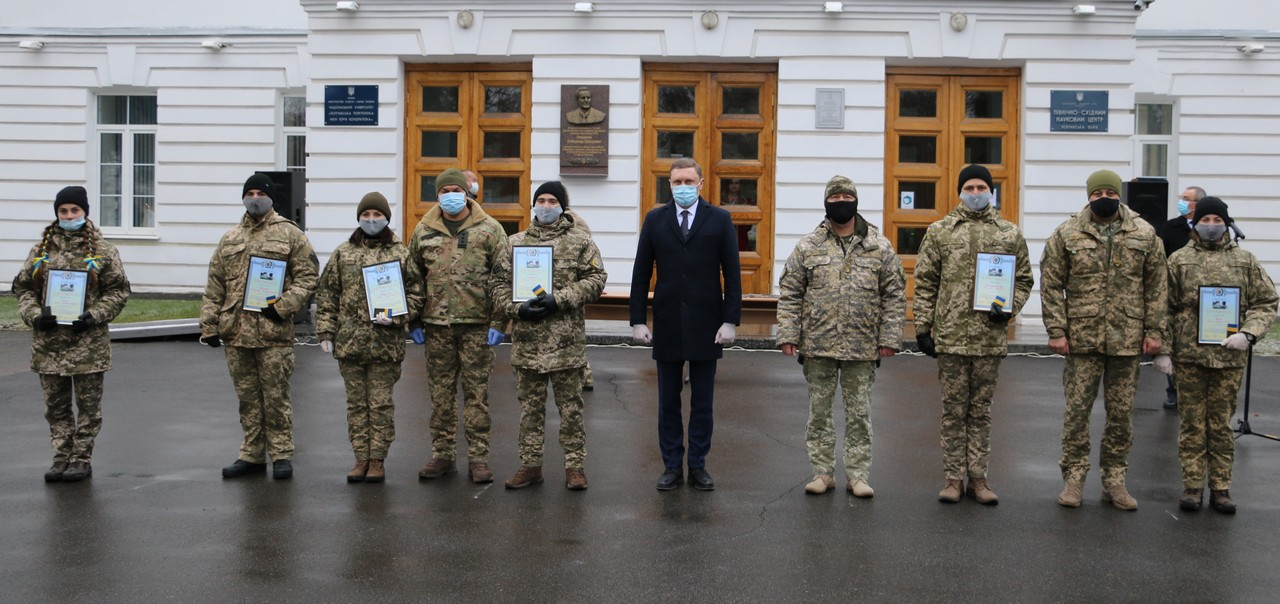 Випускникам кафедри військової підготовки урочисто вручили офіцерські погони