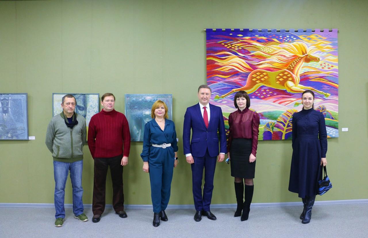 «Вісь»: у Центрі сучасного мистецтва відкрилась виставка творів викладачів і випускників-митців